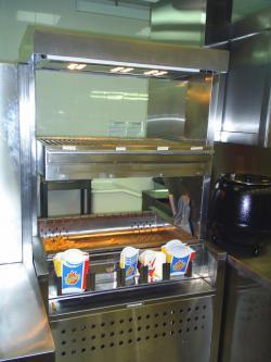 расфасовка картофеля фри в ресторане или кафе